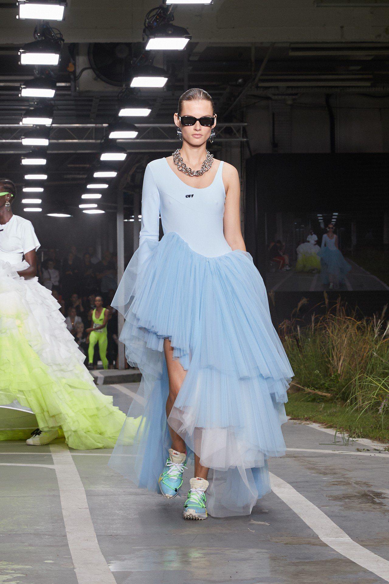 出現在巴黎時裝秀場的全新Off-White系列鞋款包括一款基於Nike Zoom...