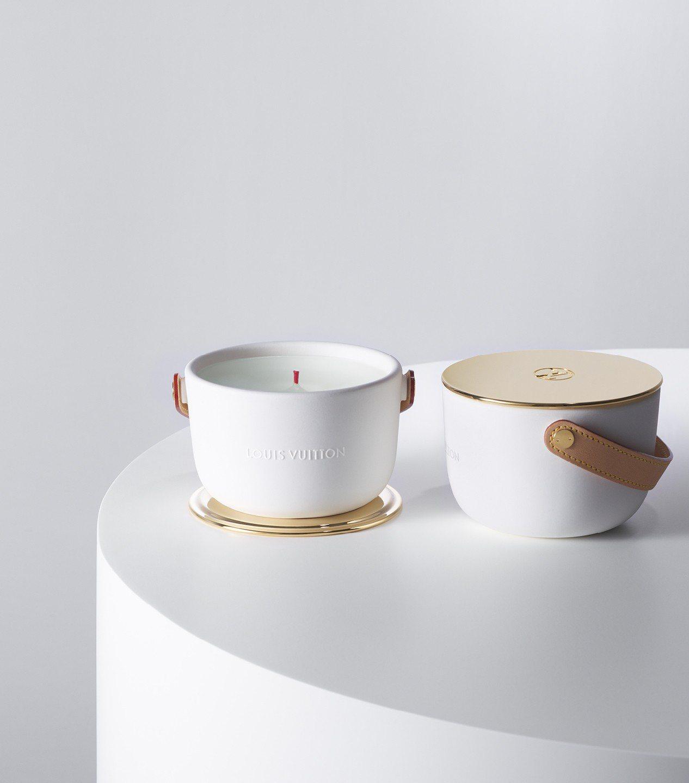 路易威登首款香氛蠟燭採用手工製作的陶瓷容器,並以象徵品牌的天然皮革材質製作提把。...
