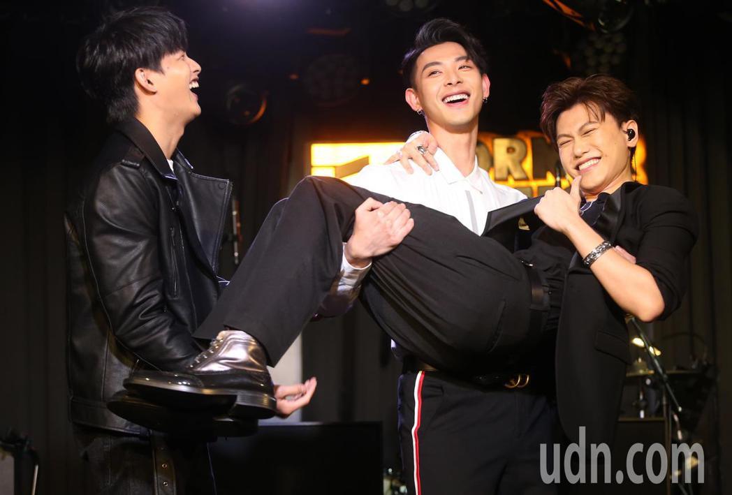 邱宇辰(右)今晚將舉辦生日音樂會與好友張庭瑚(左)及晨翔(中)首度合唱JPM經典...