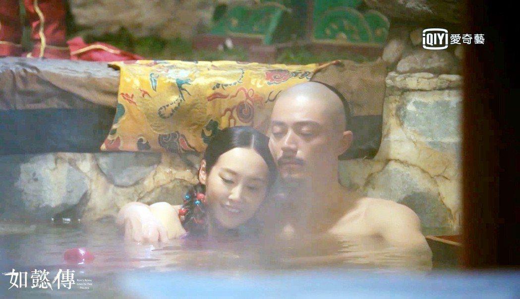 李純(左)形容與霍建華鴛鴦浴戲碼拍攝時很尷尬。圖/愛奇藝台灣站提供