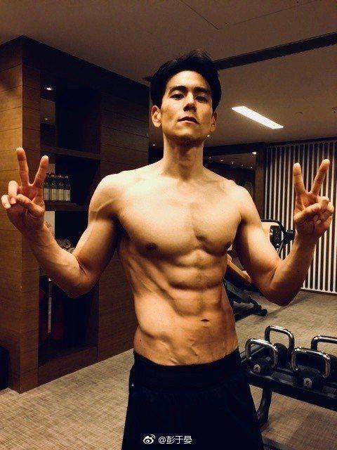 彭于晏去年為了演「邪不壓正」,苦練北京方言,也再度展現結實好身材。圖/摘自微博