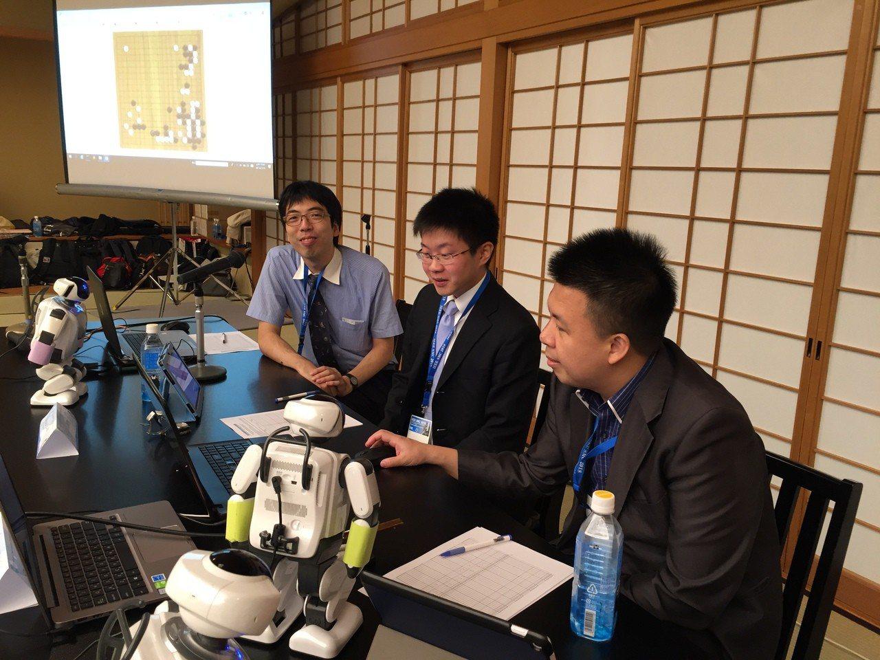 台南的專業棋士齊聚一堂,與可愛的AI圍棋老師共同砌磋。圖/南大提供