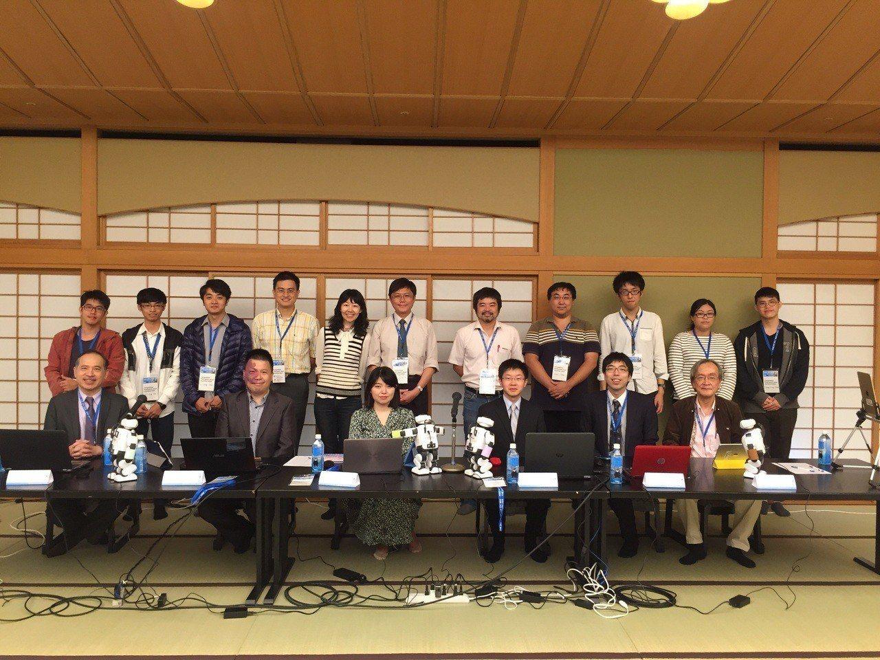 台南的專業棋士齊聚一堂,與AI圍棋老師共同砌磋。圖/南大提供