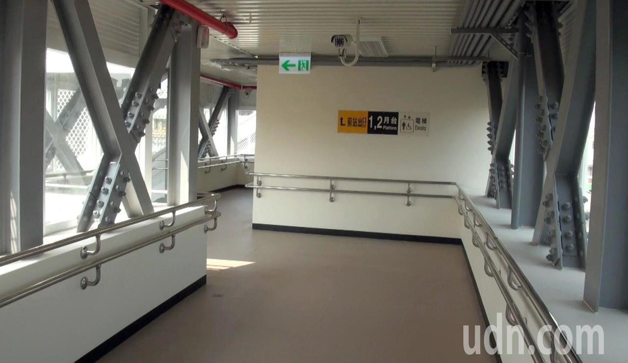 九曲堂後站增建一座天橋,與前站串接。記者王昭月/攝影