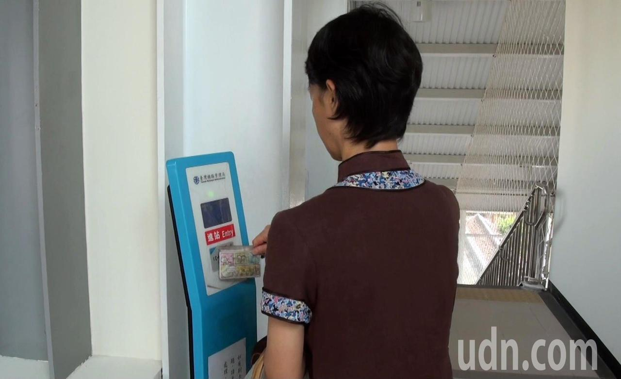 九曲堂後站啟用後,民眾持電子票證即可進站搭車。記者王昭月/攝影