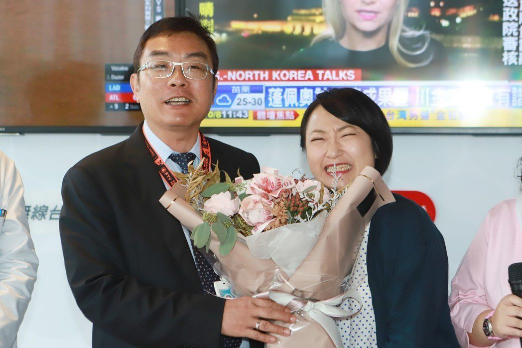廖怡裬(右)接受民視副總經理許念台送的「有錢花」。圖/民視提供