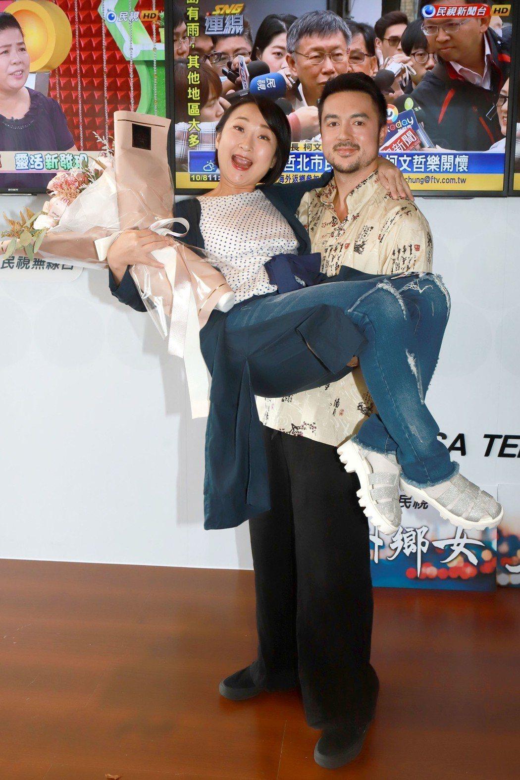 廖怡裬拿下金鐘獎,班傑一把公主抱。圖/民視提供