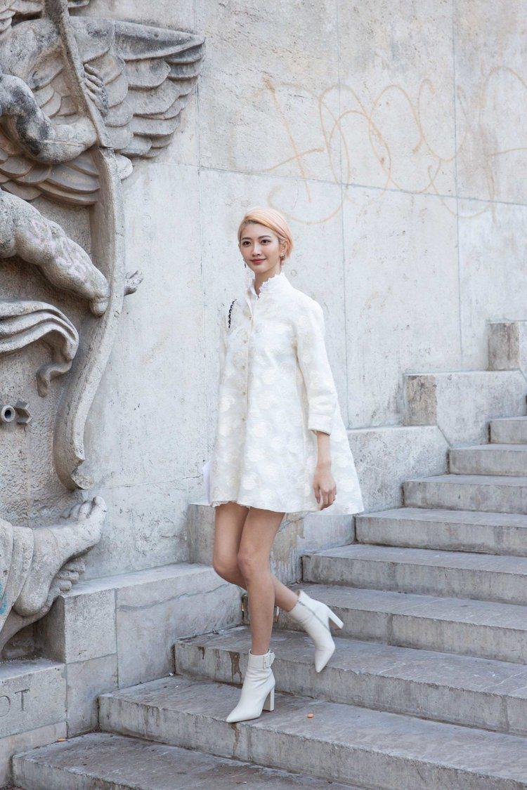 吳宜樺的傘狀裙裝搭白色高跟靴更顯修長。圖/夏姿提供