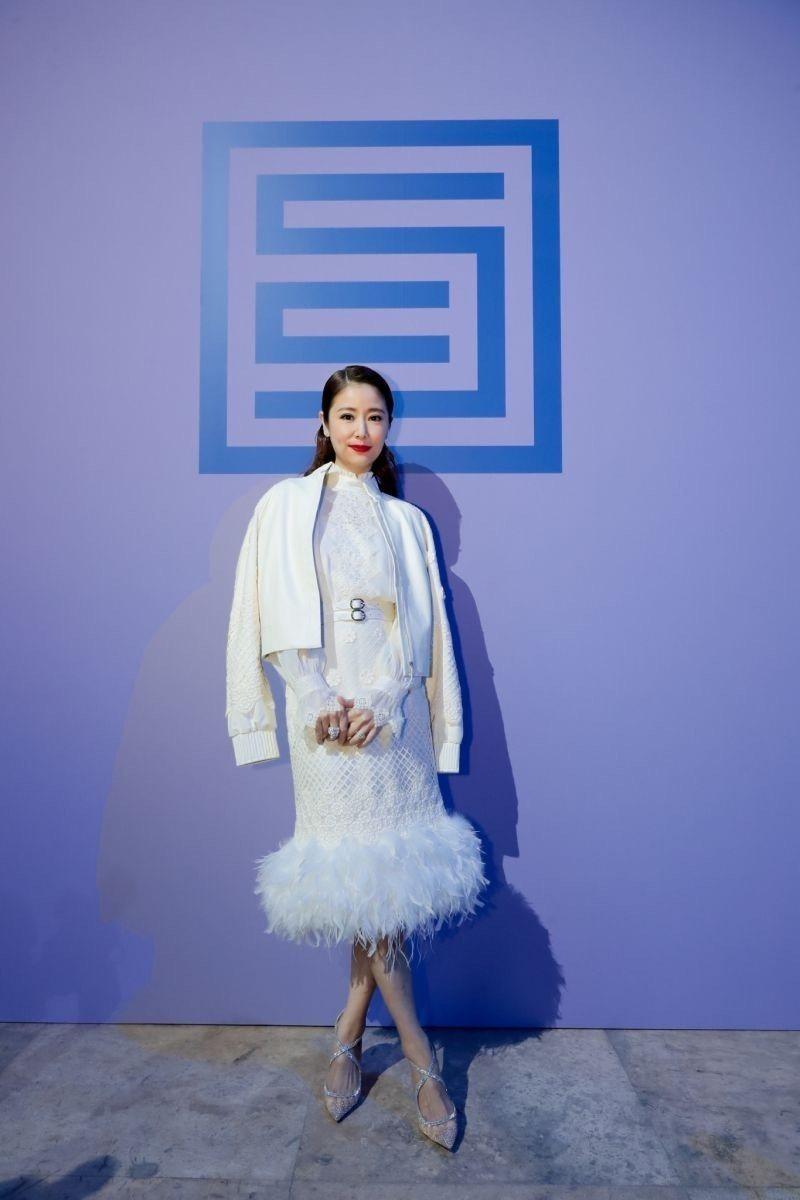 林心如的刺繡洋裝有鏤空的飄逸,加上裙襬羽飾更為輕盈。圖/夏姿提供