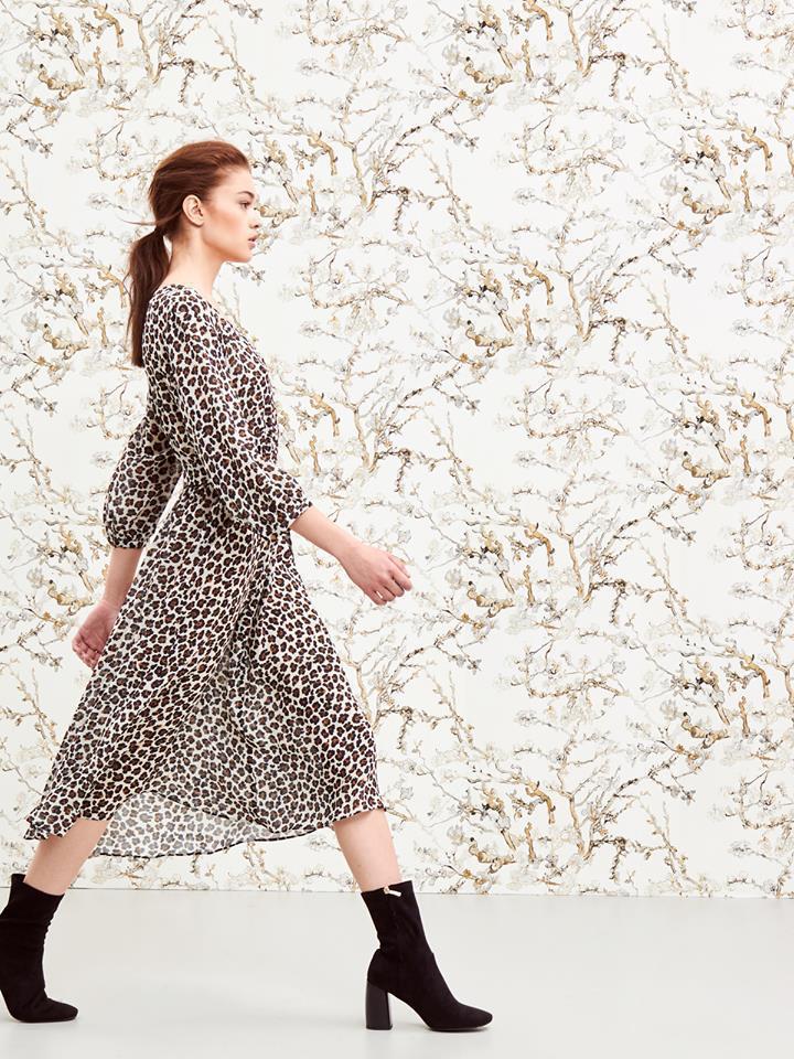 滿版豹紋透膚洋裝走起路來同樣飄逸夢幻,清新中不失帥氣個性。圖/MARELLA提供
