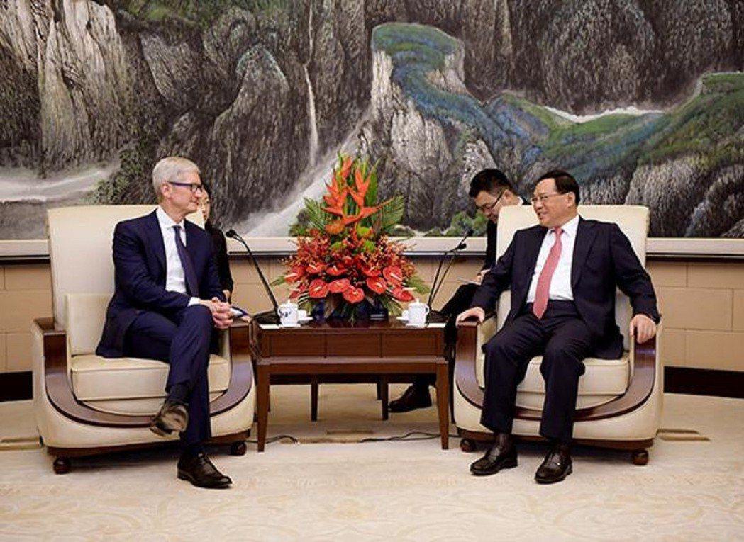 上海市市委書記李強(右)會見蘋果公司CEO庫克(左)。澎湃新聞