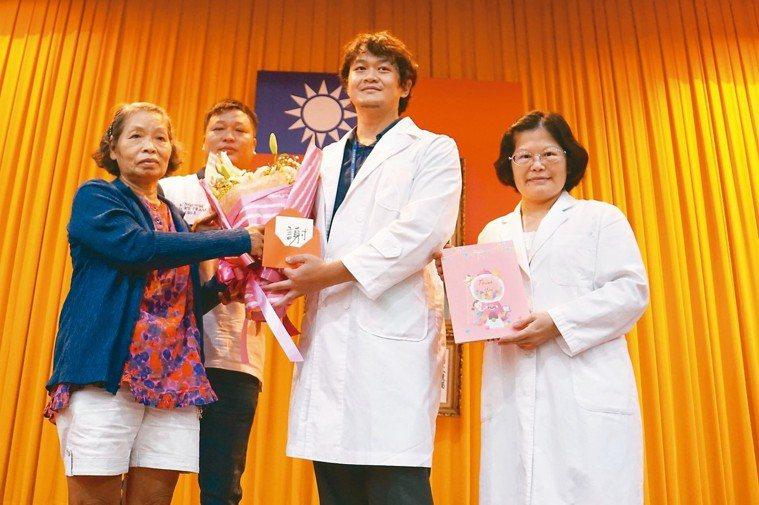台大醫院雲林分院神經外科主治醫師劉昌杰(右二)走入長照機構,協助照護傷口,患者家...