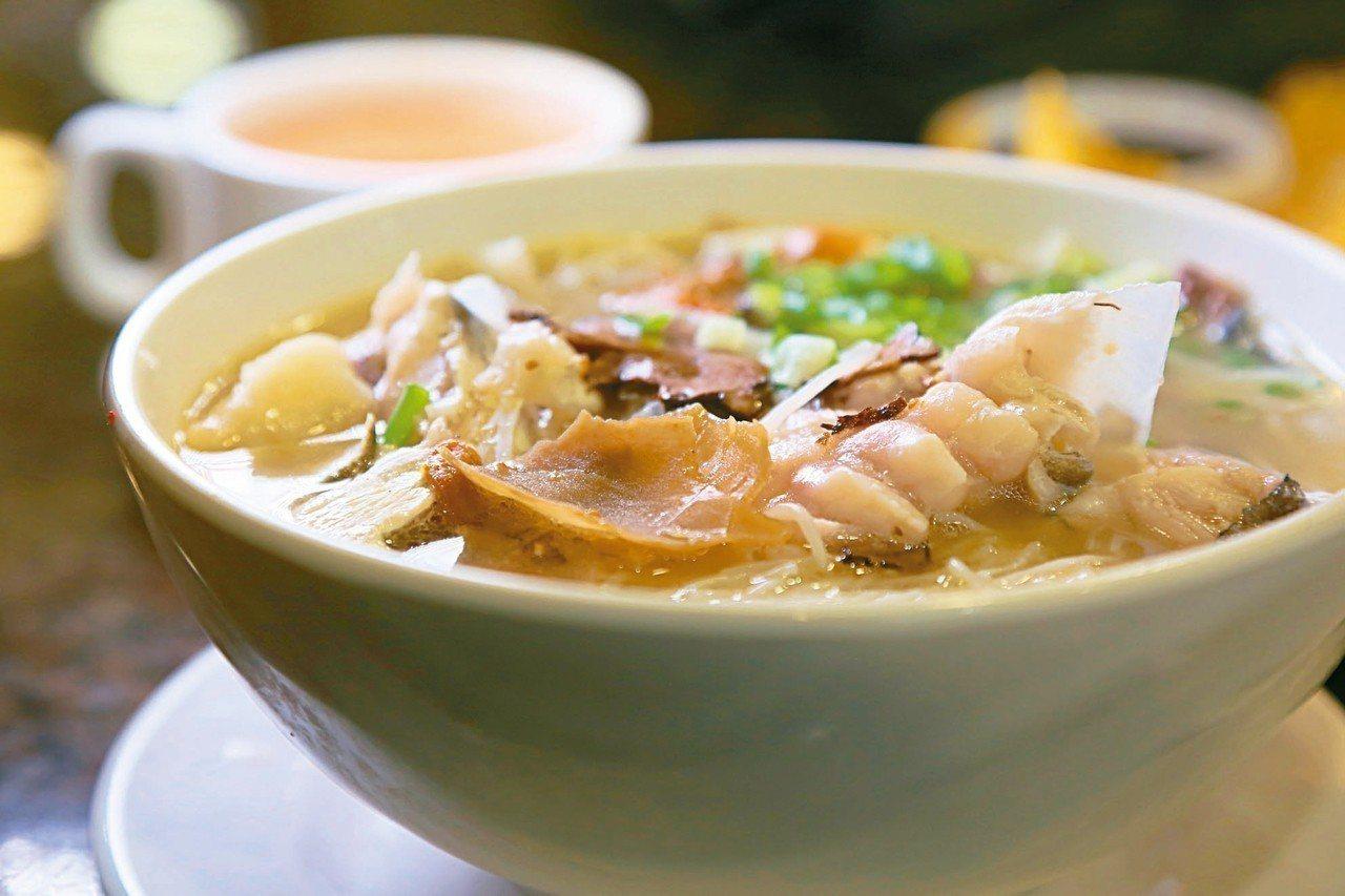 除了馳名雞湯米外,在地人最推薦的就是天麻川芎魚頭米。 記者魏妤庭/攝影