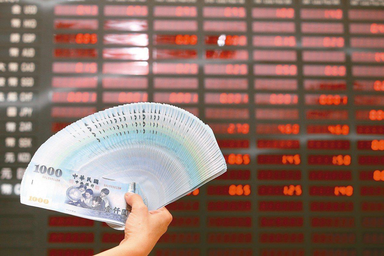 不少銀行昨天掛出的新台幣兌美元匯率牌告價已貶破卅一元。 記者葉信菉/攝影