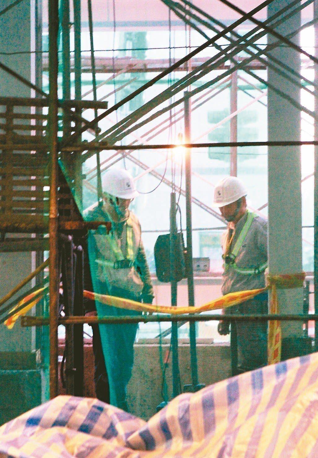 職業災害保險法草案預計年底出爐,勞動部表示,將調高投保薪資上限。 圖/聯合報系資...