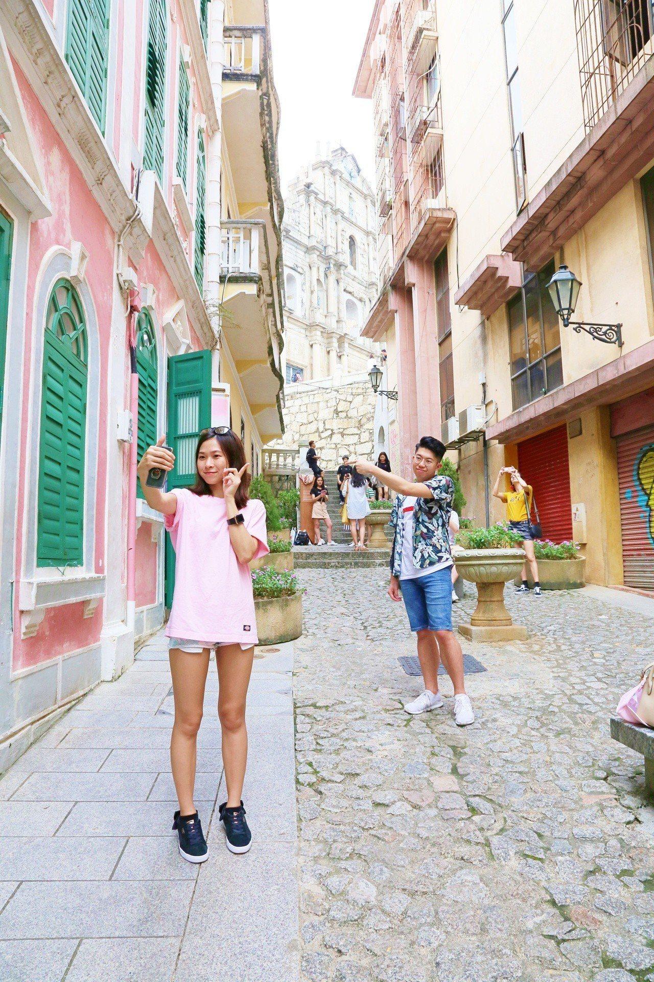 戀愛巷是許多旅客到澳門必去景點。記者魏妤庭/攝影