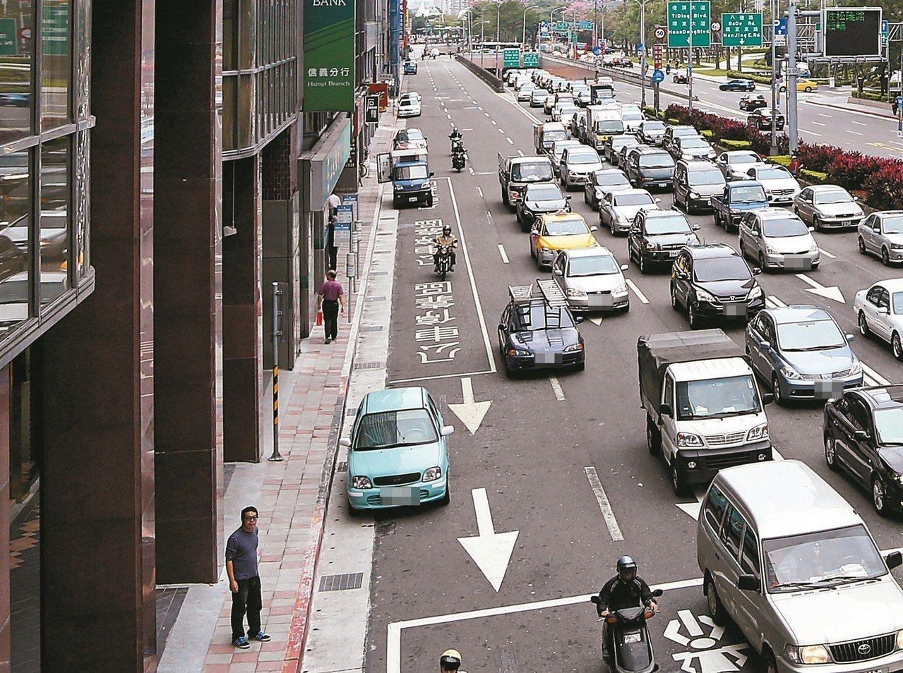 交通部擬推廣縮減車道寬度降低車速,提升行車安全,多出來的空間也可畫設人行道。 圖...