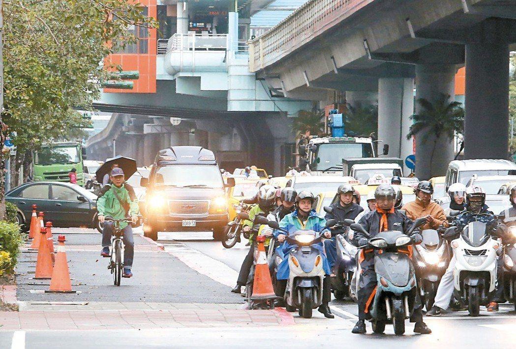 台灣混合車流情形比國外嚴重,常有公車、貨車、機車擠在同個車道。 圖╱聯合報系資料照片