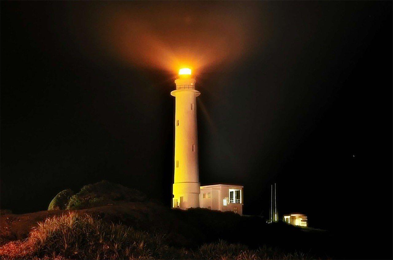 59歲的「燈塔守護者」陳議星,家中三代都是綠島燈塔的守護者,他投入這份既浪漫、又...