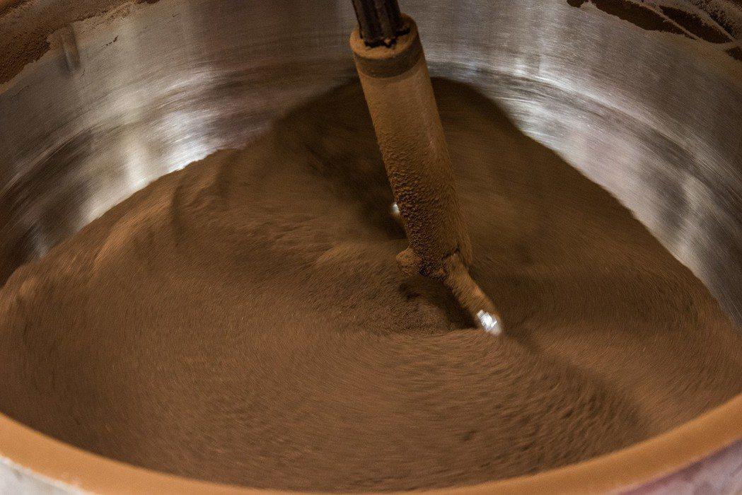 興采咖啡渣回收炒乾。 興采實業/提供。
