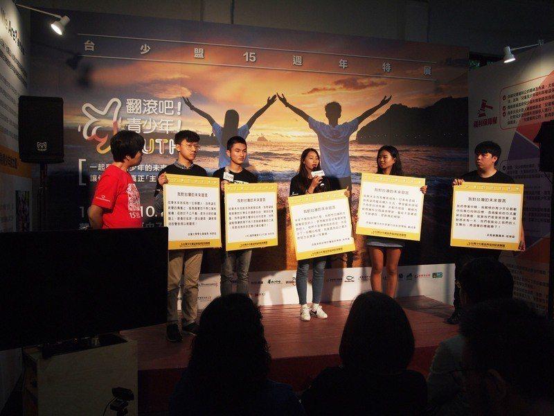 五位青年在台少盟15周年開幕會代表分享自己對於台灣的想法和期許。(photo b...