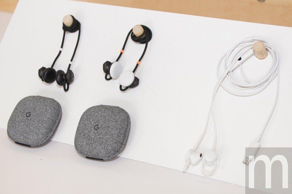 左側為去年推出的Pixel earBuds,右為今年推出的USB-C版Pixel...