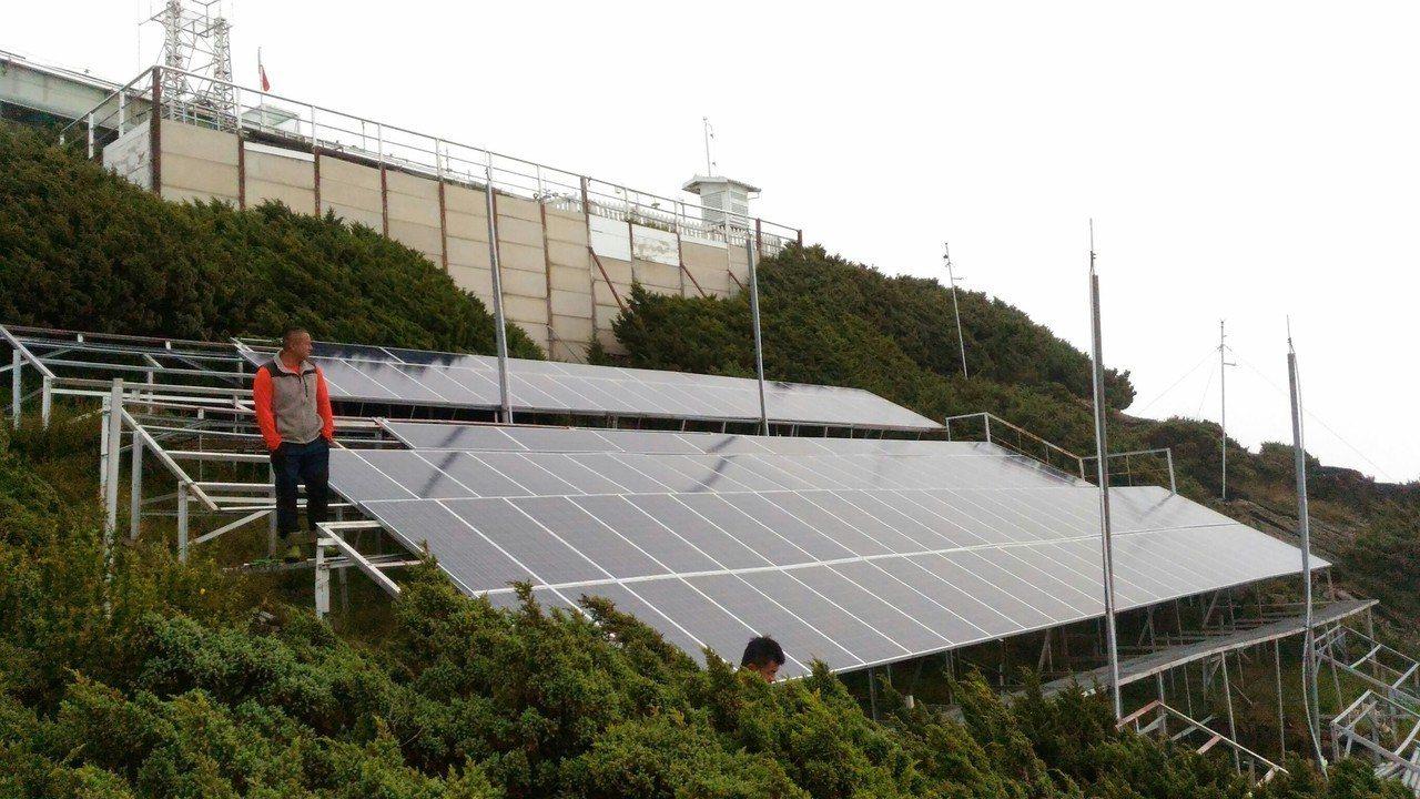 玉山氣象站使用太陽能發電。圖/林文龍提供