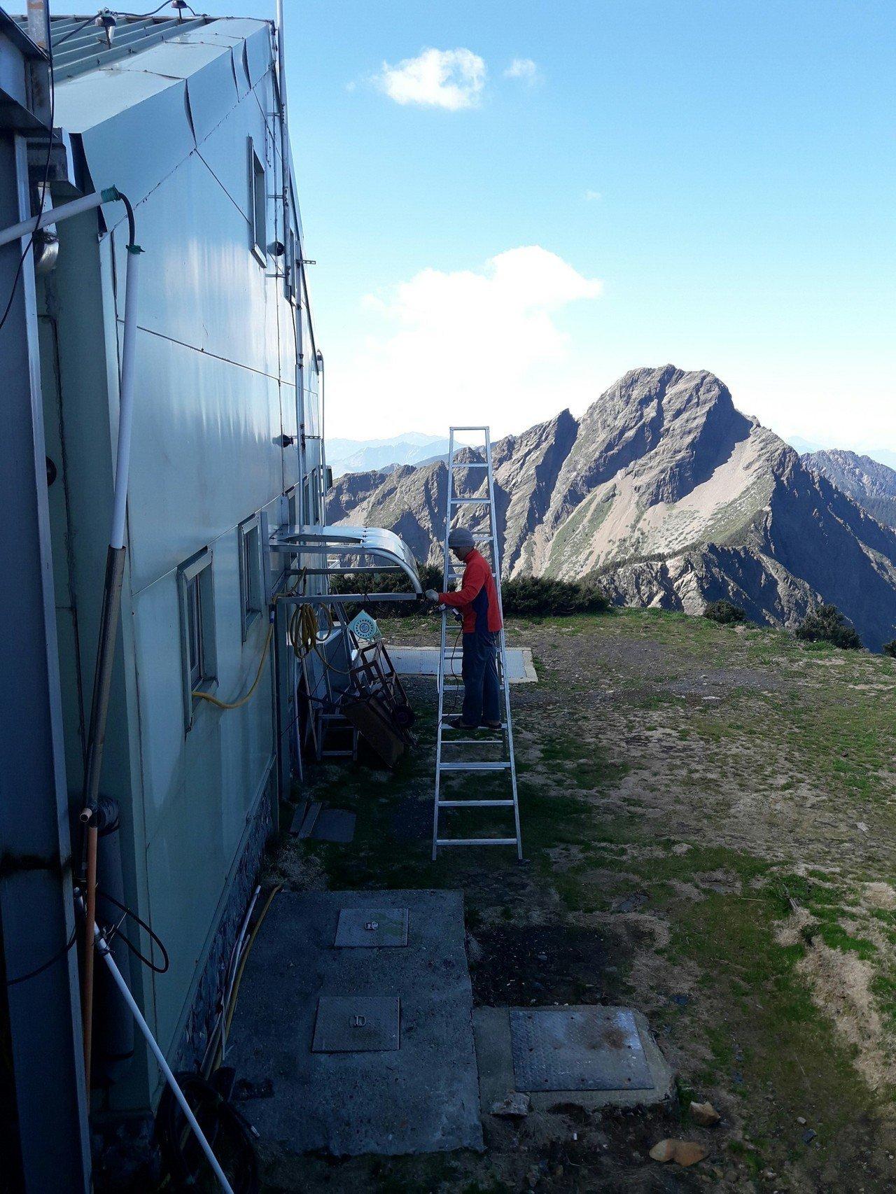 玉山氣象站員工每日面對壯闊山色。圖/林文龍提供