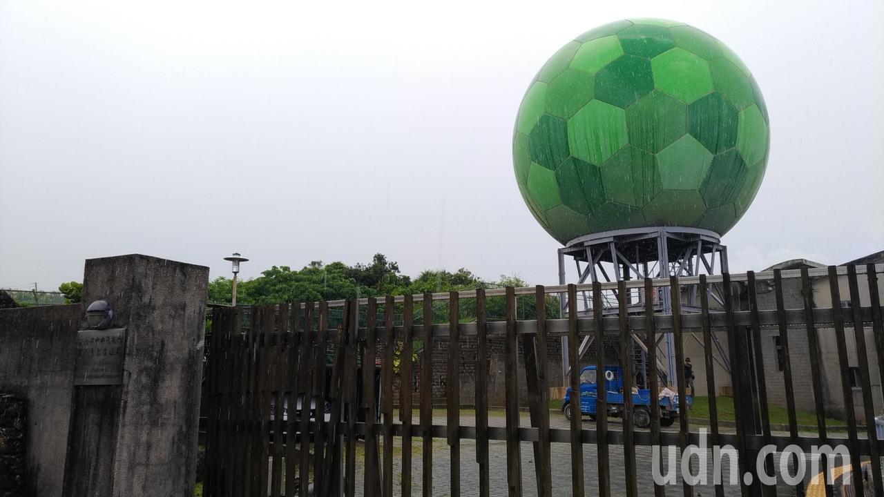 中央氣象局「限定版」綠色天線罩,位於墾丁國家公園。記者楊德宜/攝影