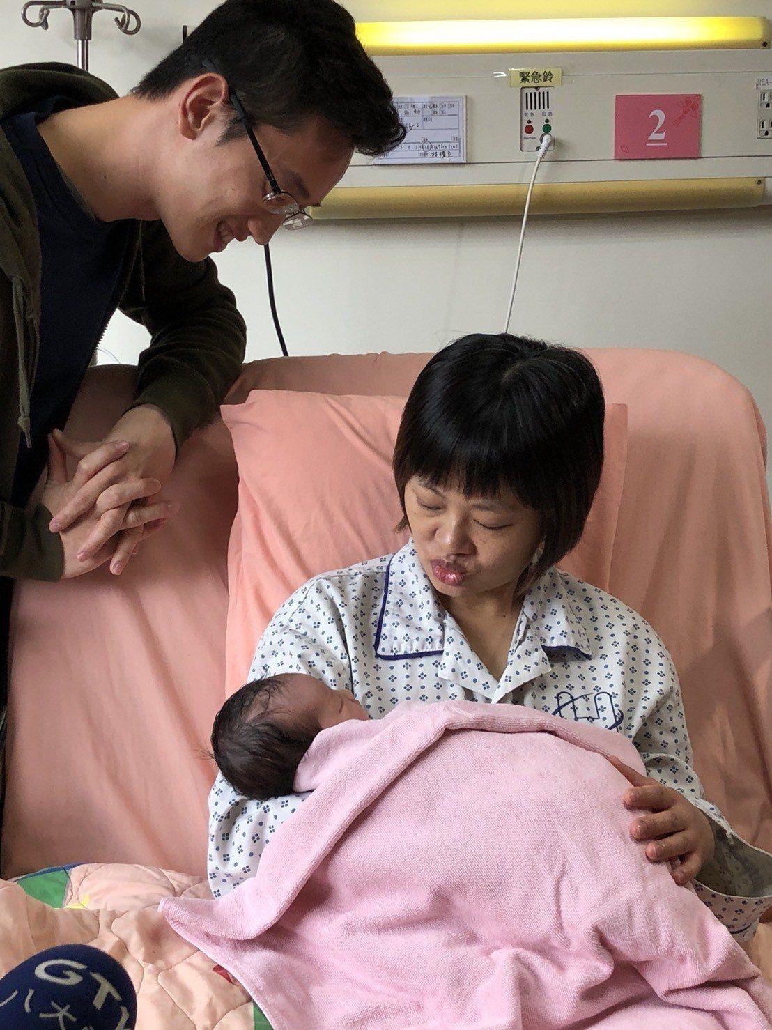 聯合醫院首位國慶寶寶於今凌晨0時1分出生,父母暫時喚她「妹妹」。記者陳靖宜/攝影