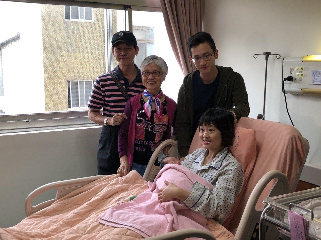 聯合醫院首位國慶寶寶於今凌晨0時1分出生,父母暫時喚她「妹妹」,外公、外婆也開心...