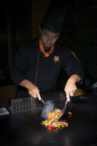 新增鐵板燒區域,等待料理同時還可以看師傅大秀廚藝。圖/遠東cafe提供