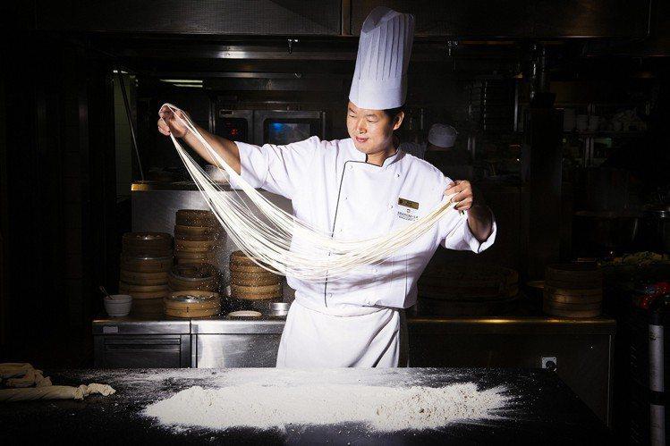 麵食師傅現場大展甩麵秀,現切刀削麵條Q彈美味。圖/遠東cafe提供