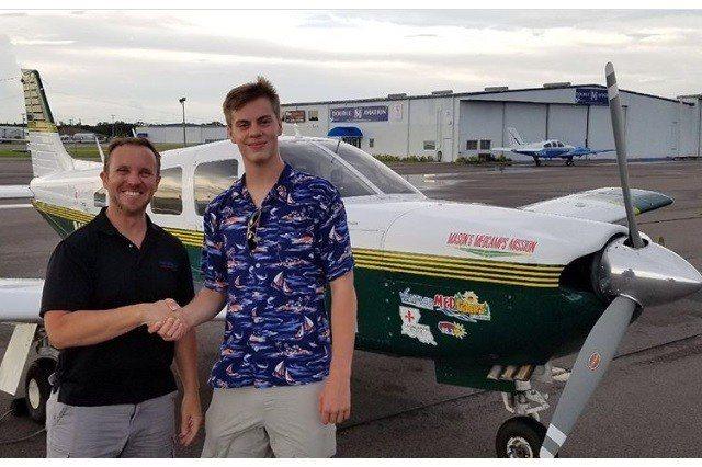 安德魯斯(Mason Andrews)和他駕駛的輕型飛機。圖/擷自IG