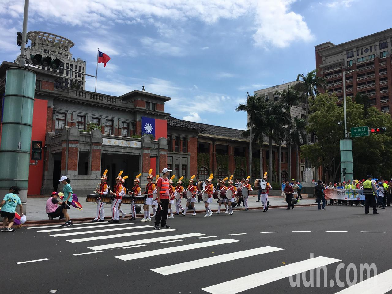 無黨籍市長參選人謝文進辦雙十國旗遊行。記者郭宣彣/攝影