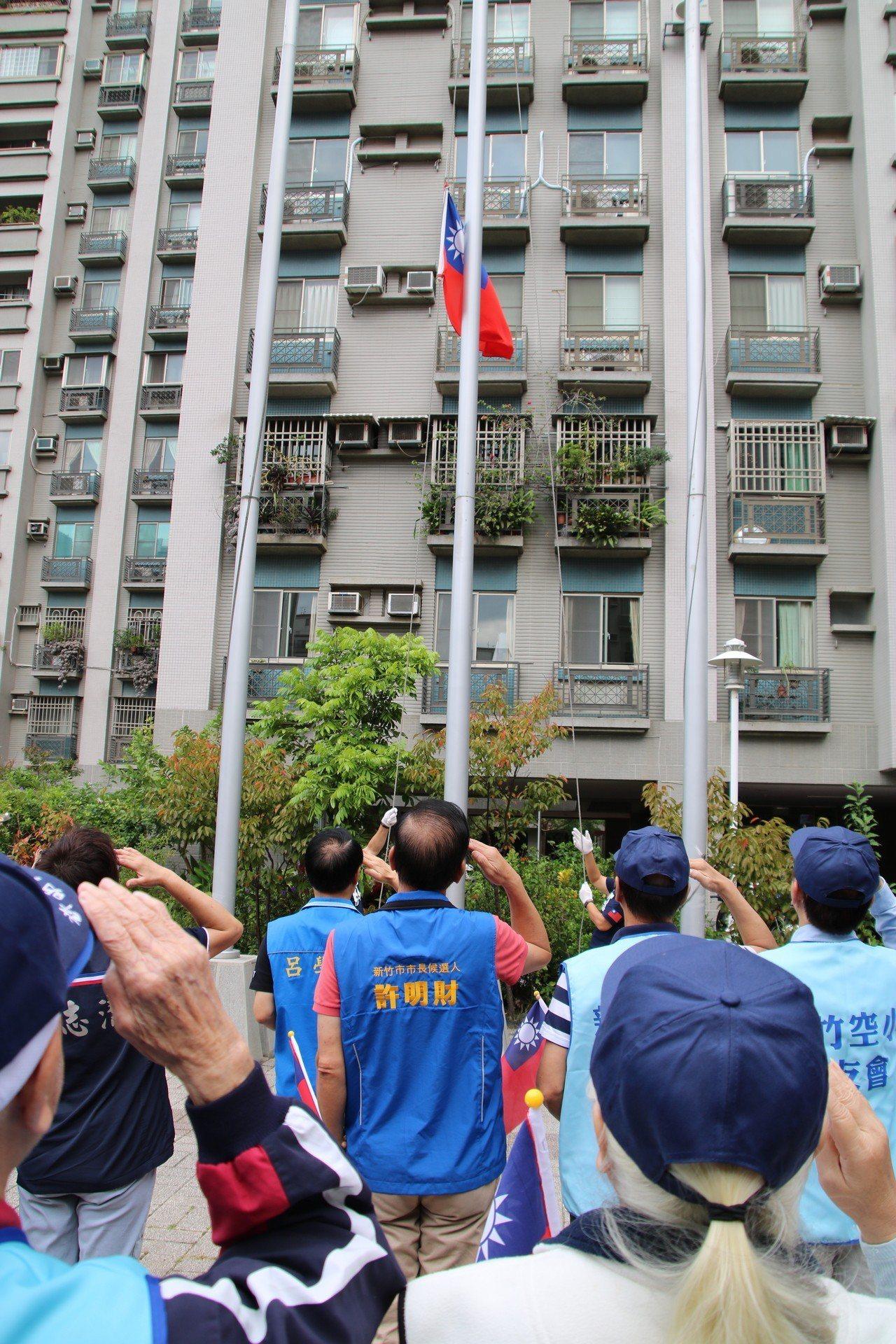 許明財今在眷村辦升旗活動。圖/許明財提供。