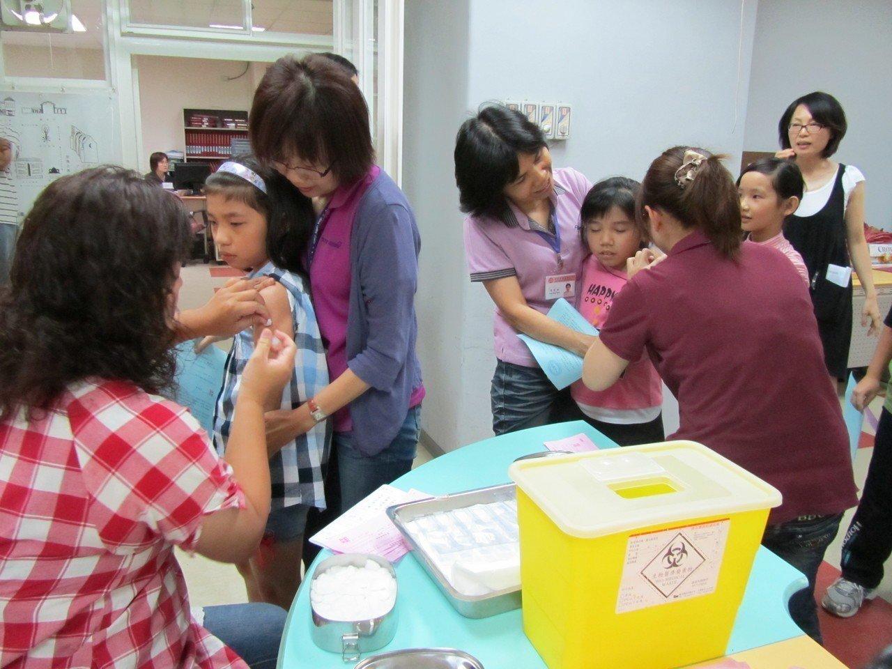 新竹縣市衛生局表示,今年免費流感疫苗自10月15日開始施打。圖/新竹市衛生局提供