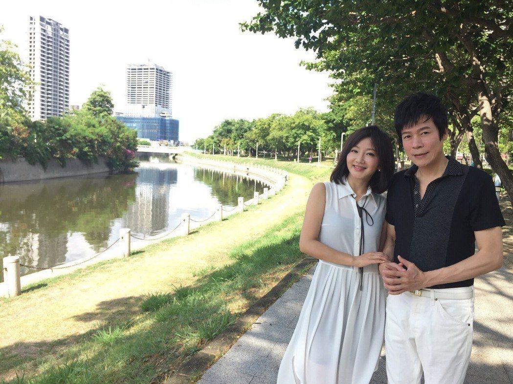 洪榮宏(右)、張瀞云夫婦在愛河邊漫步對唱,甜蜜特訓。圖/宏遠音樂提供