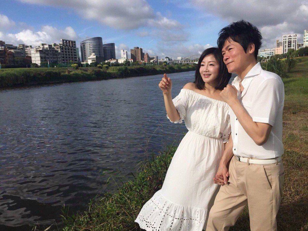 洪榮宏(右)偕愛妻張瀞云回高雄短暫定居,專心籌備演唱會。圖/宏遠音樂提供
