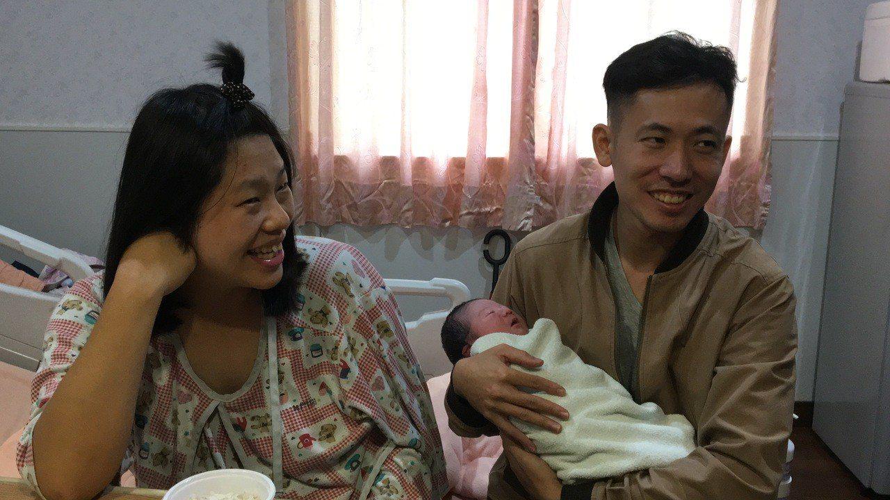 34歲的張姓產婦自然產下一名重量近3700公克的國慶男寶寶,他與媽媽及二姐都是在...