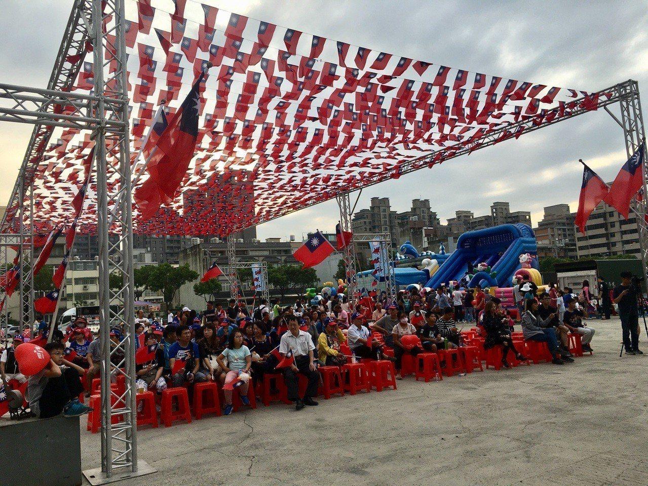 舞台前方是由許多小國旗連成的國旗隧道座位區。記者陳斯穎/攝影