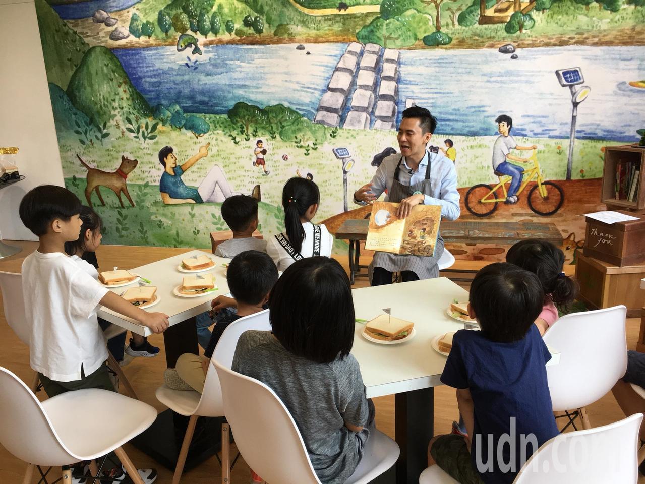 除了教孩子認識食材,一起動手做點心,鄭朝方也說故事給孩子們聽,透過有趣的故事讓他...