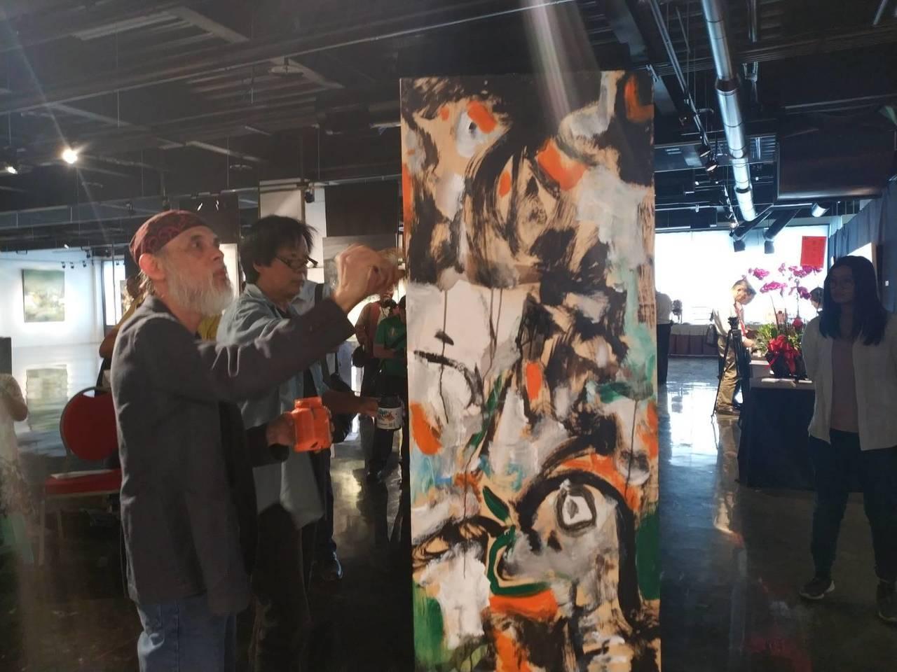 新加坡油畫大師黃意會、台灣藝術家鄧志浩現場彩繪。記者喻文玟/攝影