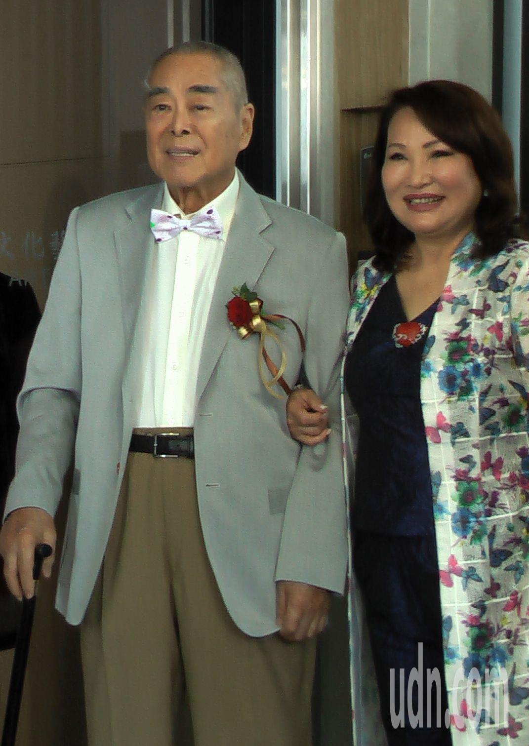 蕭勤國際文化藝術基金會執行長吳素琴(右)近距離訪談蕭勤(左)長達兩年,撰寫「逍遙...