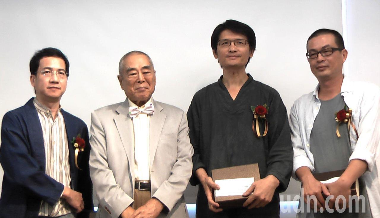 蕭勤(左二)頒發創作獎給藝術家吳銀海(左一)、吳孟璋(右一)與詹獻坤(右二),每...
