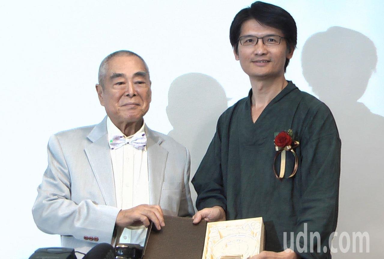 蕭勤(左)頒發創作獎給藝術家詹獻坤(右)。記者徐如宜/攝影