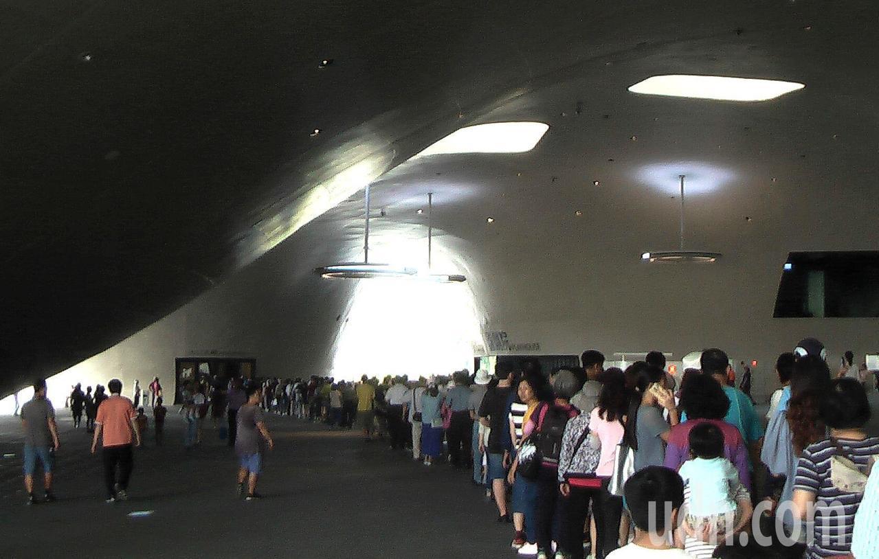 衛武營國家藝術文化中心開放場館空間,等待入館的隊伍大排長龍。記者徐如宜/攝影