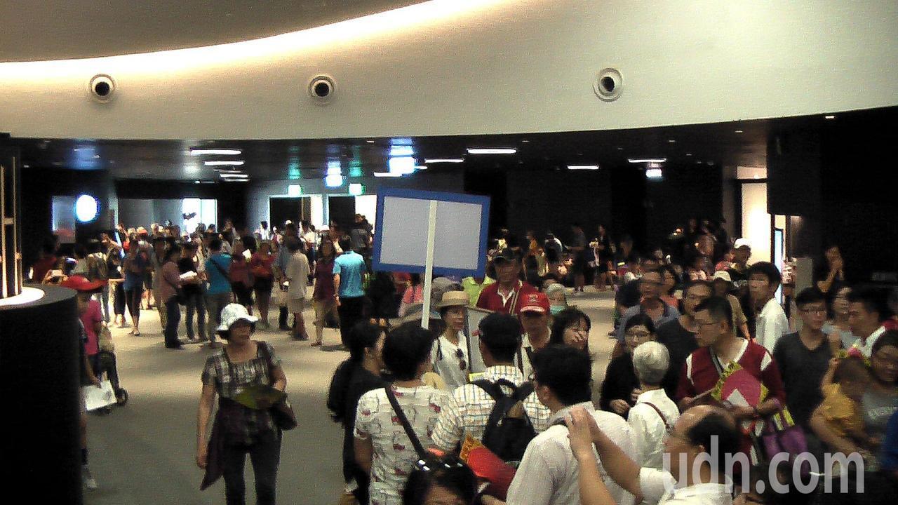 衛武營國家藝術文化中心開放場館空間,參觀民眾非常踴躍。記者徐如宜/攝影