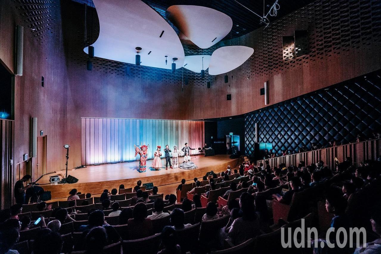 衛武營國家藝術文化中心辦「入厝」,在戲劇院安排微型演出讓民眾自由入場免費觀賞。圖...