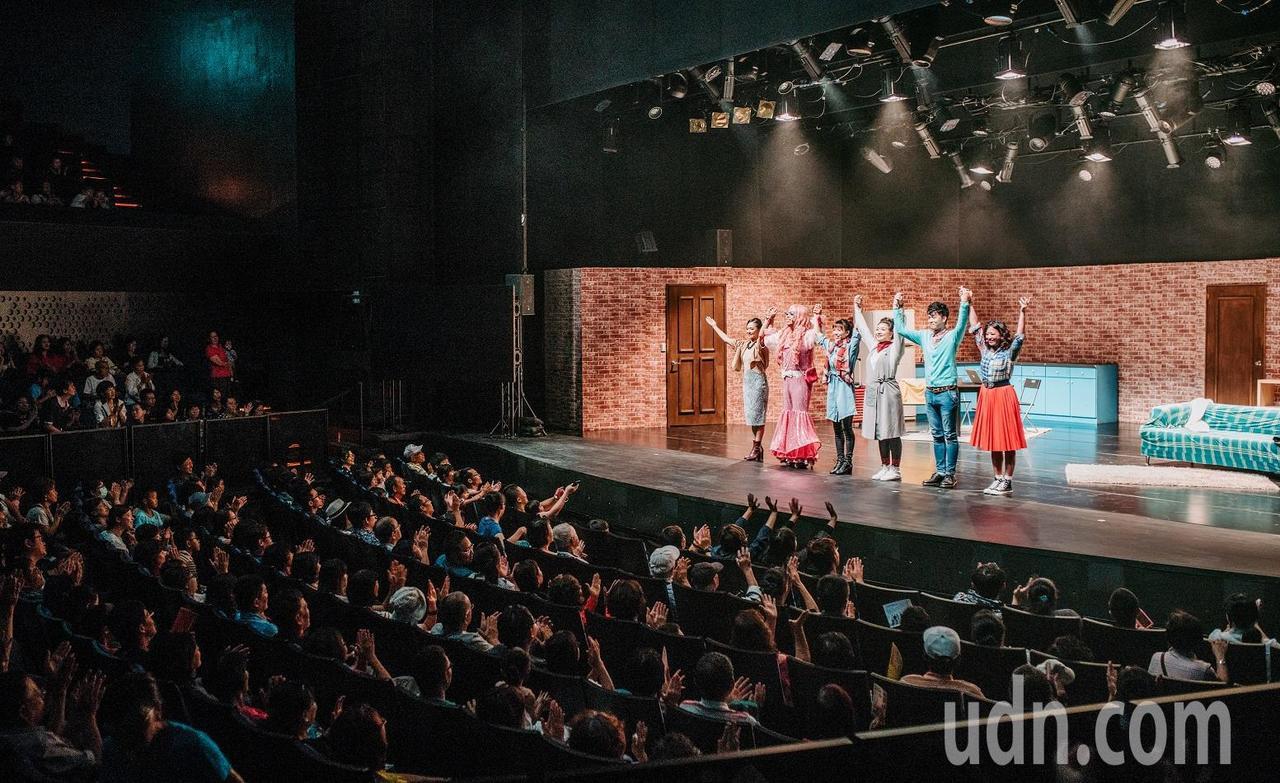 高雄在地的音樂劇場「唱歌集」,在戲劇院演出影集式音樂劇「紐約台客」。圖/衛武營國...